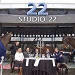 De aan tafel zittende Annemieke van Straaten, Berry de Jong en Jan Eleveld organiseren op 9 en 10 juli Diner Hippique in Studio 22 met medewerking van o.a. springruiter Harrie Wiering, dressuuramazone Adelinde Cornelissen en eventingruiter Tim Lips.